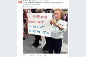 Marianne Rubinová se svou protirasistickou cedulí