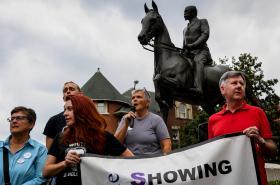 Protest před sochou majora Konfederace Johna B. Castlemana