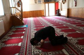 Věřící v mešitě, kde působil imám Abdelbaki Es Satty