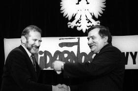 Walesa s Bronislawen Geremkem na setkání kandidátů Solidarity před volbami 1989