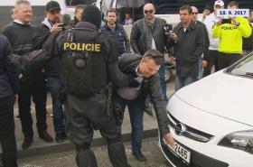 Protest taxikářů proti Uberu na letišti v Praze