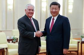 Rex Tillerson a Si Ťin-pching při setkání v Pekingu