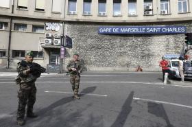 Francouzští vojáci na nádraží v Marseilles