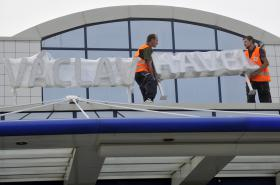 Instalace nového názvu pražského letiště