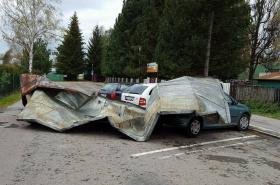 Popadané plechy na zaparkovaných automobilech v Jihlavě.