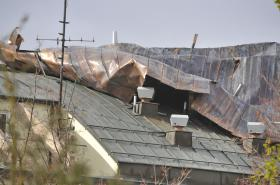 Vítr odfoukl plechovou střechu na budově základní školy v Brně-Líšni
