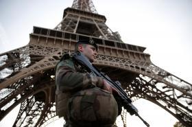 Francouzský voják před Eiffelovou věží
