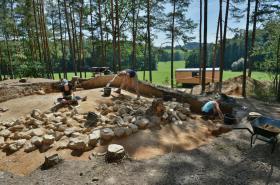 Archeologové při záchranném výzkumu tří pravěkých mohyl na místě plánované stavby dálnice D3 u Plavu