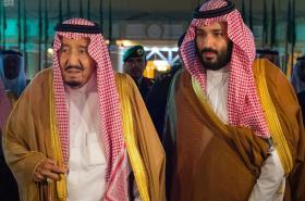 Saúdský král s princem Muhammadem bin Salmánem
