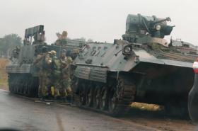 Vojáci na okraji hlavního města Harare