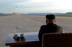 Kim Čong-un sleduje start rakety Hwasong-12