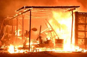 Hořící přístřešek u Santa Pauly