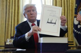 Americký prezident Donald Trump s podepsanou reformou daní
