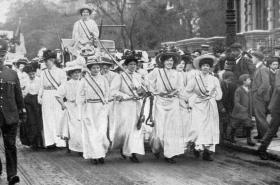 Triumfální návrat jedné ze sufražetek z vězení. Londýn 1909