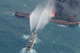 Snahy o uhašení tankeru byly marné, loď se potopila