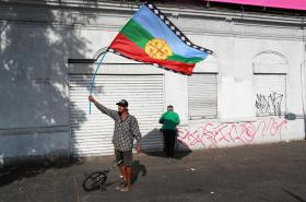 Muž protestující za práva Mapučů