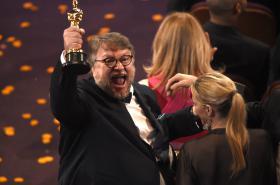 Guillermo del Toro s Oscarem za film Tvář vody