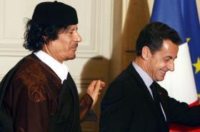 Kaddáfí se Sarkozym v Elysejském paláci po podpisu obchodních dohod za 10 miliard eur v roce 2007