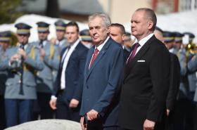 Český prezident Miloš Zeman a slovenský prezident Andrej Kiska během uvítacího ceremoniálu
