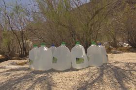 Voda pro ilegální migranty v poušti