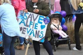 Boj za život Alfieho Evanse
