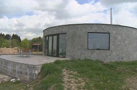 Kruhové domy v Kořenci připomínají golfovou jamku