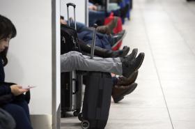 Cestující čekají na letišti