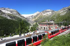 Bernina Express v zastávce Alp Grüem
