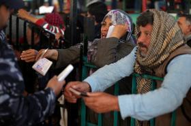 palestinci čekající na vpuštění do Egypta