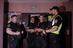 Policisté před vstupem do domu, kde bydlel Babčenko
