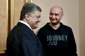 Ukrajinský prezident Petro Porošenko s novinářem Arkadijem Babčenkem