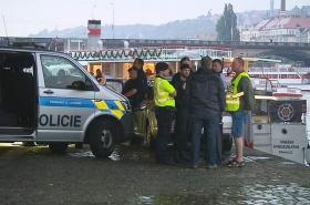 Policisté našli večer pod Jiráskovým mostem tělo mladé dívky