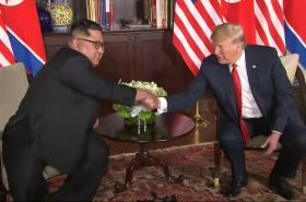 Kim Čong-un s Donaldem Trumpem při setkání v Singapuru