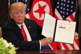 Donald Trump s dokumentem, který podepsali s Kimem