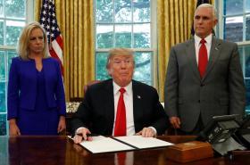 Trump podepsal dekret ukončující praxi rozdělování rodin migrantů