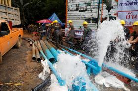 Odčerpávání vody ze zatopené jeskyně v Thajsku