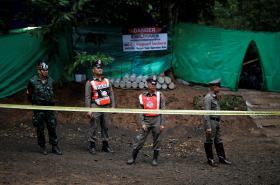 Thajská policie střeží vstup do jeskynního komplexcu