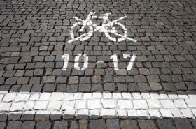 Zákaz je kromě značek vyznačen i bílými čarami a piktogramy na chodnících a vozovkách