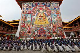 Modlící se studenti v Bhútánu