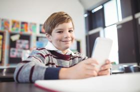 Dítě s mobilem ve škole