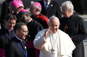 Papež František s duchovními na letišti v Dublinu