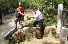 Ukládání uren do společného hrobu