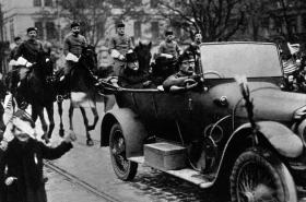 Tomáš Garrigue Masaryk zdraví spoluobčany po návratu do Prahy