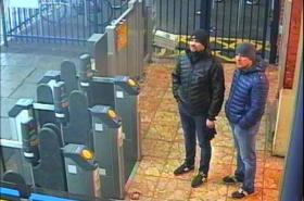 Podezřelí Rusové na zachycení bezpečnostní kamerou 3. března ve stanici Salisbury