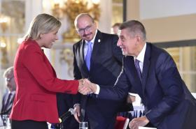 Premiér Andrej Babiš se zdraví s hejtmankou Janou Mračkovou Vildumetzovou na sněmu Svazu měst a obcí ČR