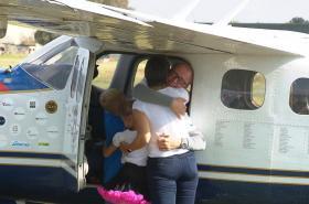 Roman Kramařík se po přistání vítá s rodinou