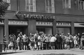 Fronta před prodejnou potravin v Brně v roce 1968