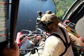 Letecká jednotka celní správy zachraňuje muže uvízlého v zatopené oblasti Severní Karolíny