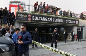 Turečtí policisté před istanbulským parkovištěm, kde bylo nalezeno auto patřící saúdskoarabskému konzulátu