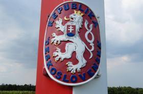 Historický hraniční sloup v Jaroslavicích s malým znakem ČSR